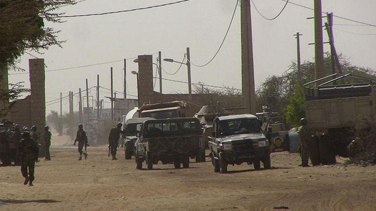 (Un barrage de soldats maliens à l'entrée de Tombouctou au Mali © Reuteurs)