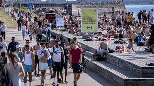 Un panneau d'information demande aux gens de garder une distance sociale sur une jetée de baignade à Malmö, en Suède, le 25 juin 2020 (illustration). (JOHAN NILSSON / TT NEWS AGENCY)