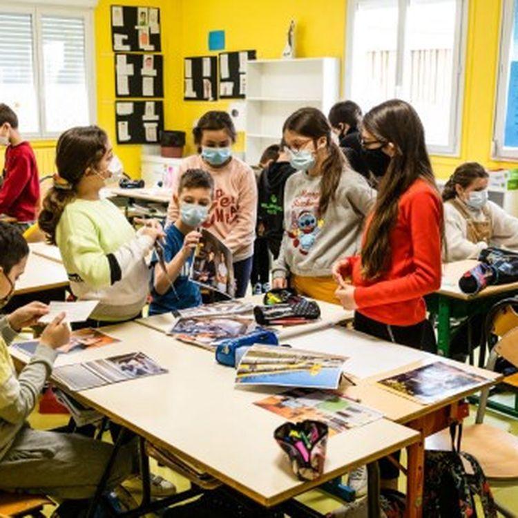 Des élèves de CE2, CM1 et CM2 participent à un atelier sur la presseàSaint-Estève (Pyrénées-Orientales), le 2 mars 2021. (JC MILHET / HANS LUCAS)