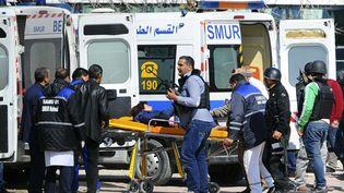 Une ambulance évacue des blessés du musée du Bardo, à Tunis (Tunisie), le 18 mars 2015, après une attaque terroriste. (HASSENE DRIDI / AP / SIPA)