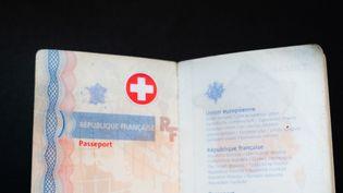 Illustration de ce à quoi pourrait ressembler un passeport sanitaire. (SANDRINE MARTY / HANS LUCAS)