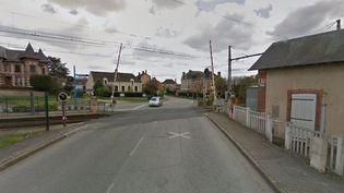 Trois personnes sont mortes, le 7 août 2015, lors d'une collision entre un train régional (TER) et une voiture à un passage à niveau à Condé-sur-Huisne (Orne). (GOOGLE STREET VIEW)