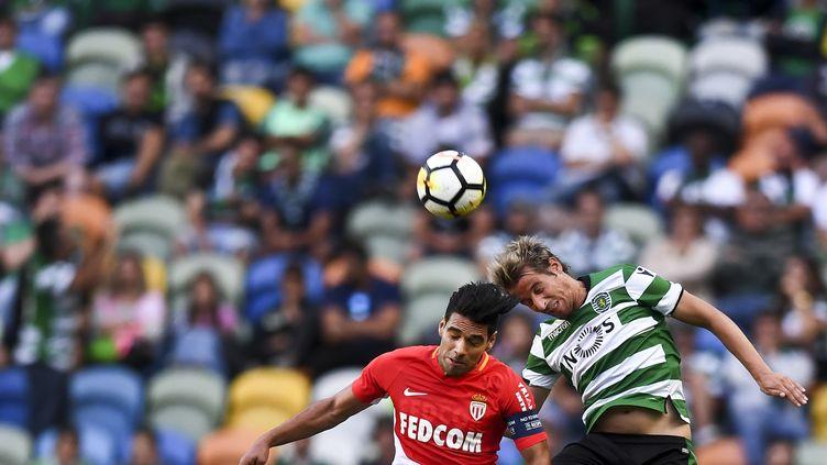 Le Monégasque Radamel Falcao à la lutte aérienne avec le joueur du Sporting Coentrao (PATRICIA DE MELO MOREIRA / AFP)
