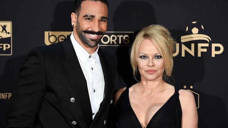 Le défenseur de l'OM Adil Rami et l'actrice américaine Pamela Anderson, le 19 mai 2019 lors de la cérémonie des trophées de l'Union nationale des footballeurs professionnels (UNFP). (FRANCK FIFE / AFP)