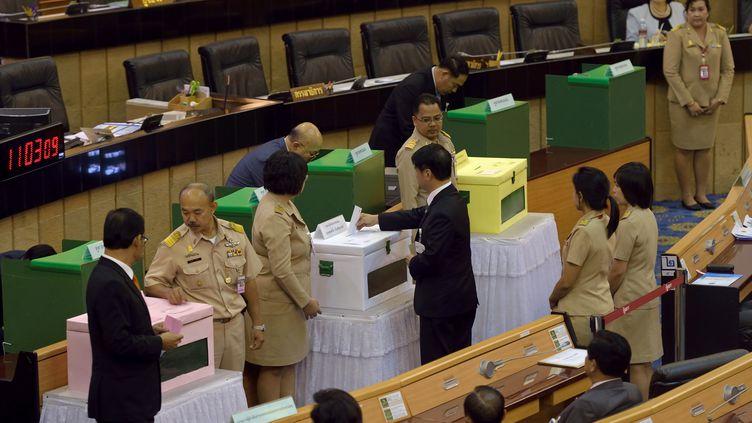 Les députés votent à l'Assemblée nationale, à Bangkok,en Thaïlande, l'éviction de la vie politique pendant au moins 5 ans de l'ancienne Première ministre, Yingsuk Shinawatra, vendredi 23 janvier 2015. (PORNCHAI KITTIWONGSAKUL / AFP)