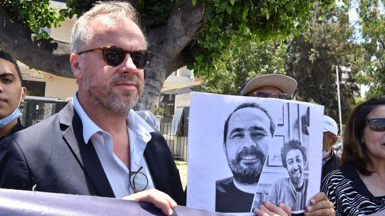 Une manifestation de soutienau journalisteSoulaimane Raissouni, en présence du directeur général de Reporters sans frontières, le 22 juin 2021 à Casablanca (Maroc). (JALAL MORCHIDI / ANADOLU AGENCY / AFP)