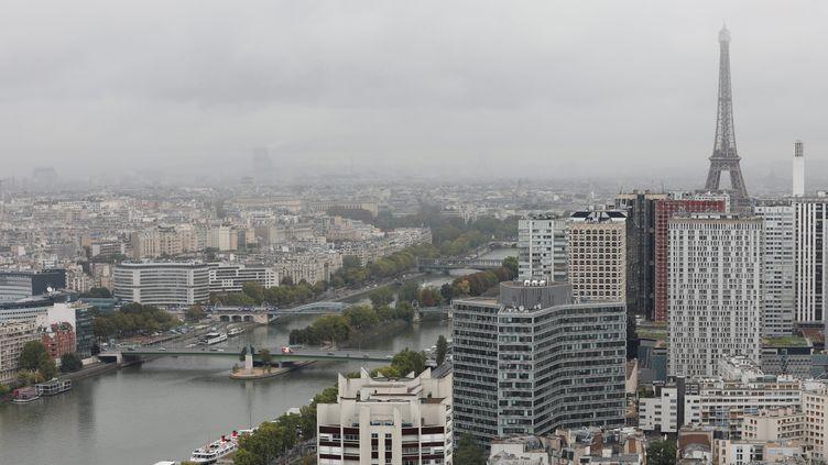 Lors d'un épisode de pollution aux particules fines, à Paris le 19 septembre 2017. (OLIVIER LEJEUNE / MAXPPP)