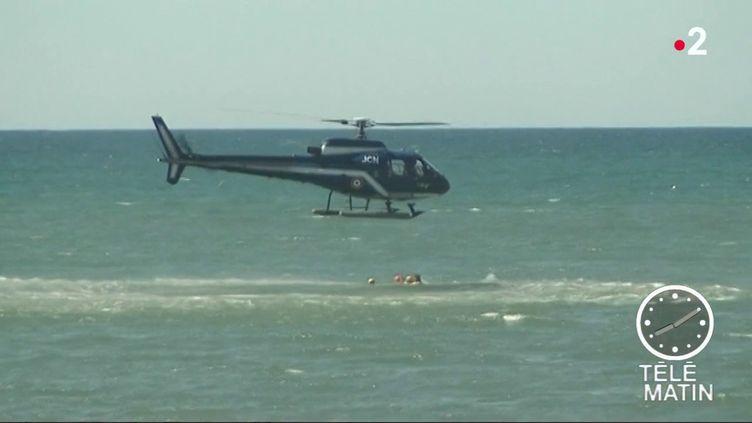 Avant l'arrivée de la pleine saison, les nageurs sauveteurs se forment à une nouvelle technique de sauvetage par hélicoptère. (FRANCE 2)