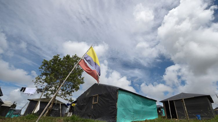 Un campement de transition de la guérilla des Farc, à Mesetas (Colombie), le 26 juin 2017. (RAUL ARBOLEDA / AFP)