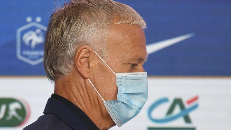Didier Deschamps, masqué, a insisté sur la nécessité de s'adapter à la situation sanitaire extraordinaire. (BERTRAND GUAY / AFP)