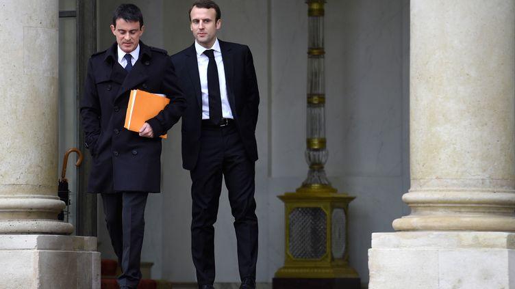 Le Premier ministre Manuel Valls (à gauche) et le ministre de l'Economie Emmanuel Macron, sur le perron de l'Elysée, à la sortie du Conseil des ministres, le 10 décembre 2014. (MARTIN BUREAU / AFP)