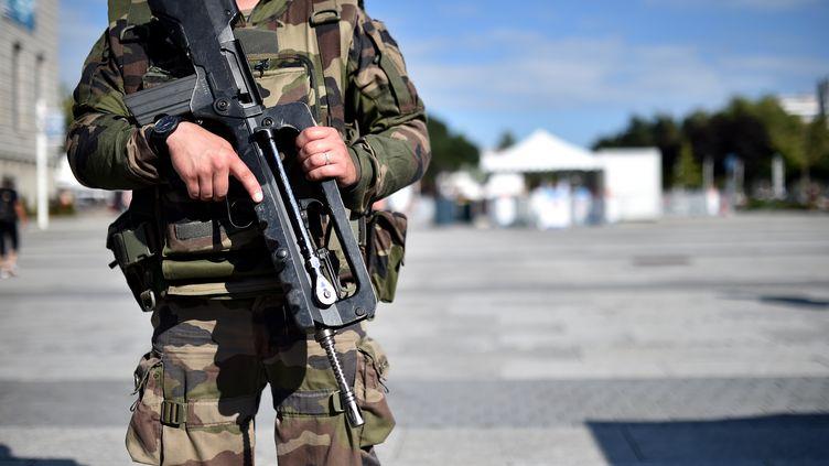 Un militaire dans le cadre de l'opération Sentinelle à Lorient, en août 2016. (JEAN-SEBASTIEN EVRARD / AFP)