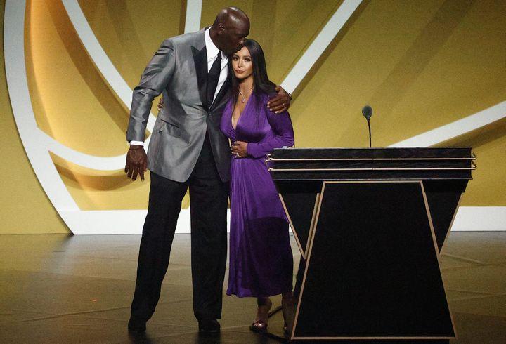 Michael Jordan avec Vanessa Bryant, la veuve de Kobe Bryant, lors de l'intronisation au Hall of Fame NBA de l'ancien joueurs des Lakers, samedi 15 mai. (MADDIE MEYER / GETTY IMAGES NORTH AMERICA)