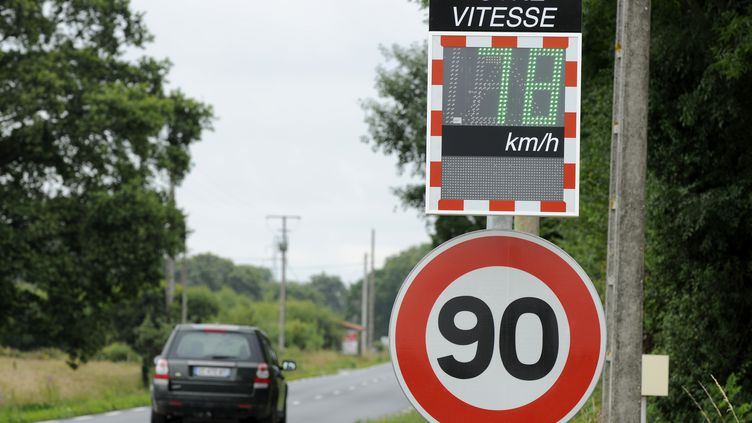 Une voiture circule sur une route de la région Pays de la Loire où la vitesse est limitée à 90km/h. (ALAIN LE BOT / PHOTONONSTOP / AFP)