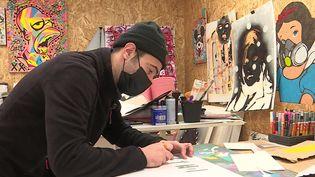 L'artiste Karsenty dans son atelier au Havre. (FRANCEINFO)