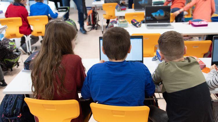 Les élèves d'une classe sont assis devant un ordinateur portable lors d'une visite de presse dans uneécole primaire en Allemagne, le 4 mars 2020. (SEBASTIAN KAHNERT / DPA-ZENTRALBILD / AFP)