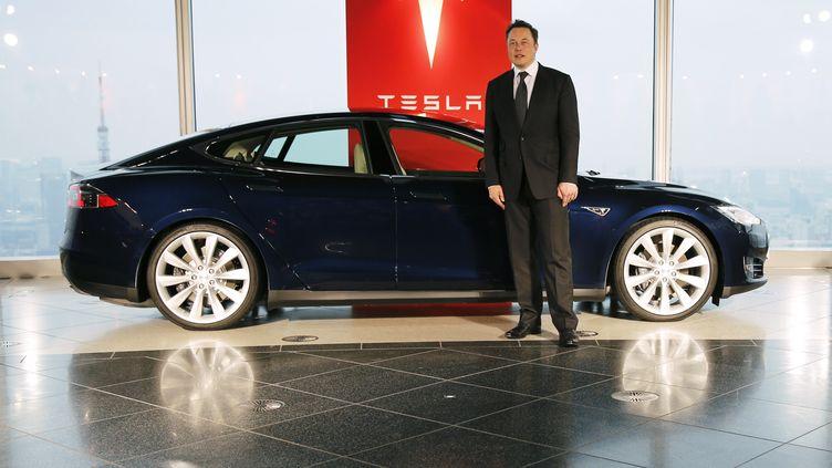 Elon Musk devant le le Model S, voiture la plus vendue de la marque. (TORU HANAI / REUTERS)