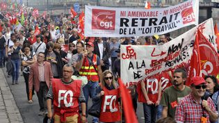 Des militants de la CGT et de Force ouvrière manifestent dans les rues de Rennes (Ille-et-Vilaine), le 23 juin 2016. (JEAN-FRANCOIS MONIER / AFP)