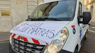 Un véhicule d'ambulance en grève à Nancy (Meurthe-et-Moselle), le 15 octobre 2021. (PATRICE SAUCOURT / MAXPPP)