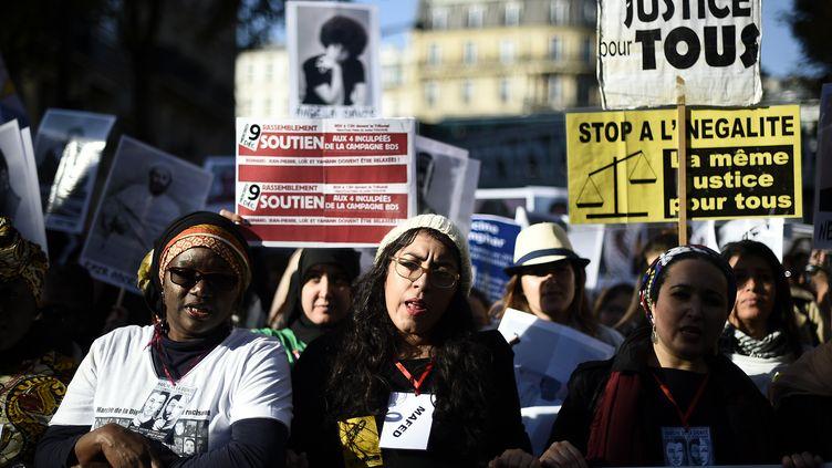 Sihame Assbague (au centre), lors de la Marche de la dignité, le 31 octobre 2015. (LIONEL BONAVENTURE / AFP)