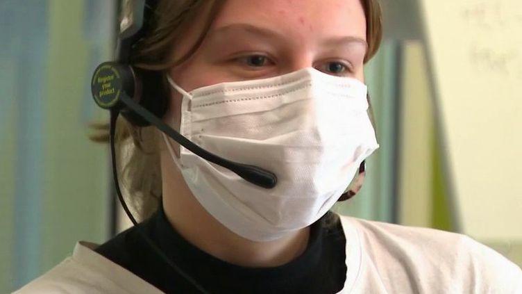 Lundi 23 mars, plus de 2 000 patients étaient encore en réanimation selon le ministère de la Santé. Les hôpitaux sont débordés, mais aussi les équipes du Samu. Alors, les étudiants en médecine sont appelés en renfort. (France 2)