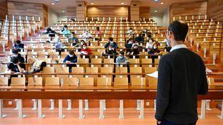 A l'université de Rennes 1, les étudiants portent des masques pour suivre un cours de physique, le 4 février 2021. (DAMIEN MEYER / AFP)