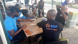 A Cayenne, le piquet de grève EDF d'où partira la grande manifestation, on joue au domino, sport national (RADIO FRANCE / GAËLE JOLY)