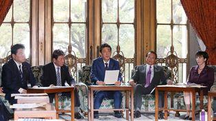 Le Premier ministre japonais, Shinzo Abe, le 23 mars 2020 à Tokyo (Japon). (MASANORI GENKO / YOMIURI / AFP)