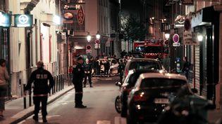 Des policiers sécurisent les rues de Paris après une attaque au couteau, le 12 mai 2018. (GEOFFROY VAN DER HASSELT / AFP)