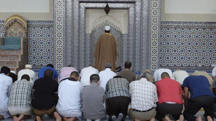 Des fidèles musulmans prient à la Grande Mosquée de Strasbourg (Bas-Rhin), le 9 juillet 2013. (VINCENT KESSLER / REUTERS)