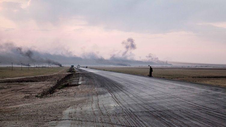 Des raffineries artisanales de pétrôle dans la province de Hassaké (Syrie), le 27 octobre 2014. (MAXPPP)