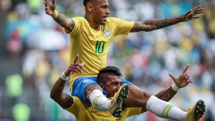Neymar porté en triomphe par Paulinho lors du 8e de finale entre le Brésil et le Mexique, le 2 juillet 2018 à Samara (Russie). (THIAGO BERNARDES / FRAMEPHOTO)