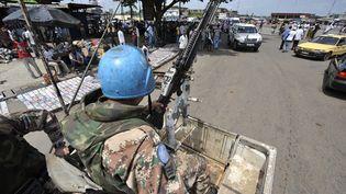 Un casque bleu de l'Onuci, l'Opération des Nations unies en Côte d'Ivoire, en patrouille à Abidjan, en Côte d'Ivoire, le 14 avril 2011. (SIA KAMBOU / AFP)