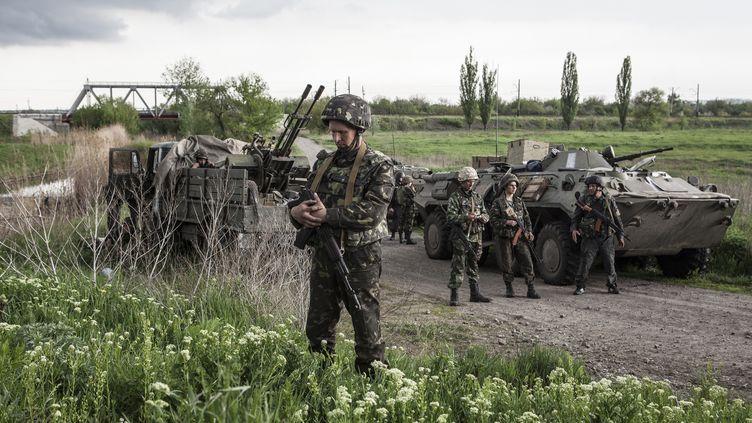 Des soldats ukrainiens, près de Sloviansk (Ukraine),observant le cessez-le-feu entériné vendredi 5 septembre 2014. (SANDRO MADDALENA / NURPHOTO / AFP)