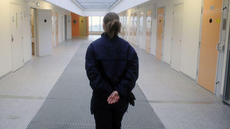 Une gardienne de prison dans un couloir de la nouvelle maison d'arrêt de Druelle, près de Rodez (Aveyron), le 10 juin 2013. (PASCAL PAVANI / AFP)