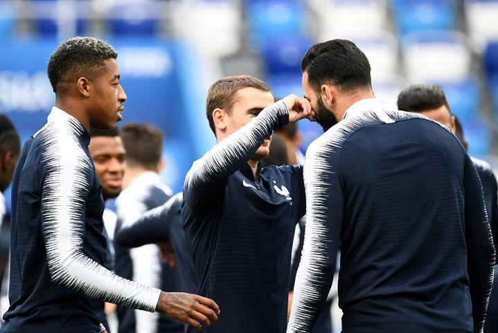 Antoine Griezmann touche la moustache d'Adil Rami lors d'un entraînement, le 5 juillet 2018 à Nizhny Novgorod, en Russie. (FRANCK FIFE / AFP)