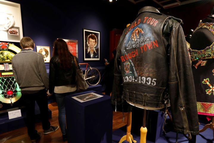 Des objets présentés avant la vente aux enchères consacrée à Johnny Hallyday, le 19 octobre 2018. (CHARLES PLATIAU / REUTERS)