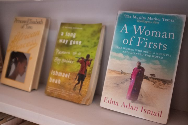 Des livres rares sont exposés àla Bibliothèque d'Afrique et de la diaspora africaine (LOATAD) à Accra, auGhana, le 2 juillet 2020. (NIPAH DENNIS / AFP)
