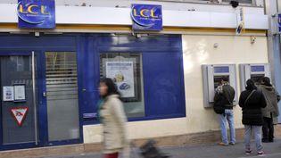 La devanture d'une banque LCL à Paris. (BOB DEWEL / ONLY FRANCE / AFP)