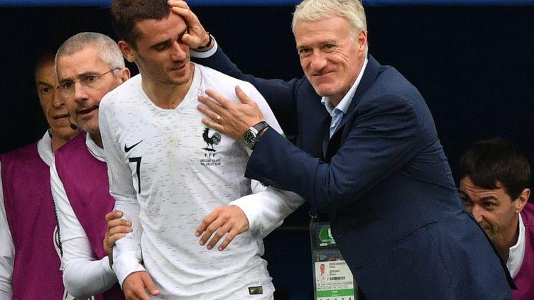 Antoine Griezmann est félicité par Didier Deschamps, le 6 juin 2018, après sa sortie lors du match face à l'Uruguay, à Nijni Novgorod (Russie). (DIMITAR DILKOFF / AFP)