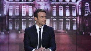 """Emmanuel Macron sur le plateau de l'émission """"Elysée 2017"""", sur TF1, le 27 avril 2017. (ERIC FEFERBERG / AFP)"""
