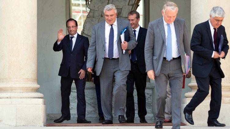 François Hollande raccompagne les membres du gouvernement sur le perron de l'Elysée, à la sortie du dernier Conseil des ministres avant une pause estivale, le 2 août 2013. (BERTRAND LANGLOIS / AFP)
