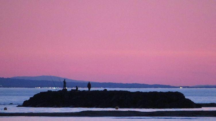 La plage Richelieu au Cap d'Agde au soleil couchant. (STÉPHANE MILHOMME / FRANCE-INFO)