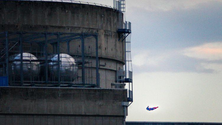 """Un""""drone déguisé en Superman"""" et piloté par des militants de Greenpeace a survolé la centrale nucléairedu Bugey (Ain), à 25 kilomètres de Lyon, le 3 juillet 2018. (GREENPEACE)"""