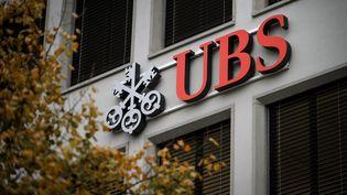 La façade du siège de la banque UBS à Zurich (Suisse), le 14 novembre 2013. (FABRICE COFFRINI / AFP)