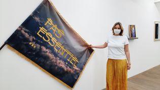Delphine Guillaud, fondatrice de la galerie Backslash devant une œuvre de l'artiste français Rero. (ANNE CHEPEAU / RADIOFRANCE)