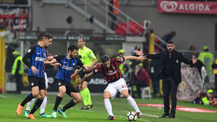 Ricardo Rodriguez (AC Milan) aux prises avec Antonio Candreva (Inter Milan) sous les yeux du coach Gennaro Gattuso (MIGUEL MEDINA / AFP)