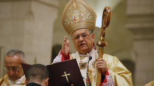 Le patriarche latin de Jerusalem, Fouad Twal, dirigeant la messe de minuit dans la basilique de la Nativité à Bethléem, en Cisjordanie, le 24 décembre 2011. (MAJDI MOHAMMED / AFP)