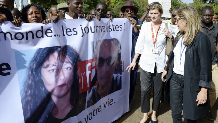 Des responsables de RFI, le 4 novembre 2013, à Bamako, au Mali, le 4 novembre 2013. (PHILIPPE DESMAZES / AFP)