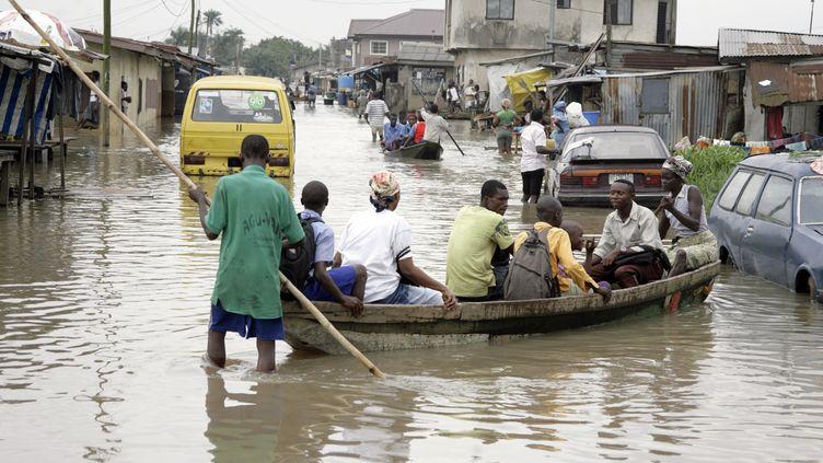 Inondations dans le quartier Ajegunle de Lagos. La capitale économique du Nigeria et ses 18 millions d'habitants sont menacés par la montée du niveau de l'océan dans le golfe de Guinée. Photo prise le 6 octobre 2010. (PIUS UTOMI EKPEI / AFP)